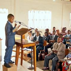 Testemuña ne'ebé joven lee Bíblia iha rai-Uganda
