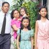 ფილიპინებში ოჯახი კრების შეხვედრაზე მიდის