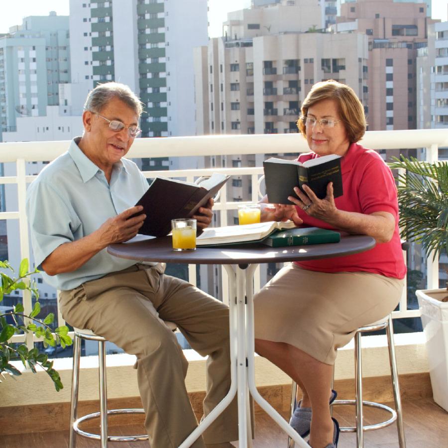 Matrimonio Leyendo La Biblia : Qué es la adoración en familia