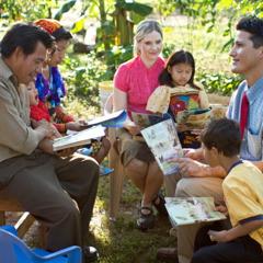 Ein Missionarehepaar predigt in Panama