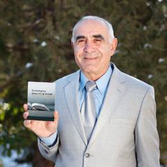 Un hombre en Armenia muestra un libro publicado por los testigos de Jehová