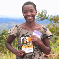 Una joven de Burundi muestra un libro publicado por los testigos de Jehová