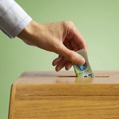 شخص يتبرع طوعا بمبلغ من المال