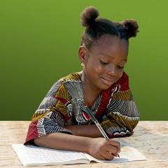 En pige skriver sit navn i sin sangbog