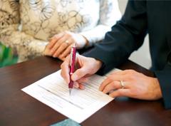 Пара регистрирует свой брак