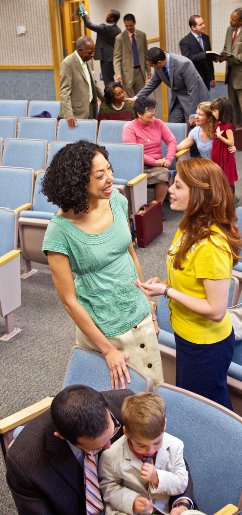 Personas conversando después de una reunión cristiana