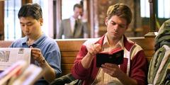 Muž si čte Bibli