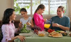 En lykkelig familie spiser et måltid sammen