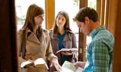 Две младе Сведокиње проповедају једном младићу
