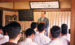 Si Lloyd Barry nga nagatudlo sang Kingdom Ministry School sa Japan sang 1970