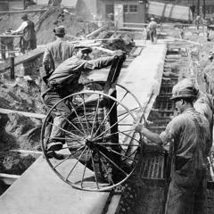Män som hjälper till att bygga en av tryckeribyggnaderna i Brooklyn 1927.