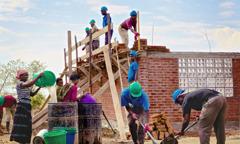 Vittnen bygger en Rikets sal i ett utvecklingsland.