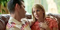 Ein Ehemann hört seiner Frau aufmerksam zu
