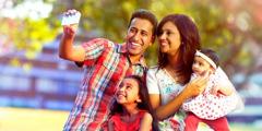 വീടിനുവെളിയിൽ ആഹ്ലാദകരമായ നിമിഷങ്ങൾ പങ്കുവെക്കുന്ന കുടുംബം