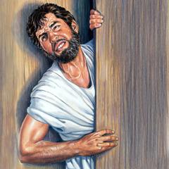 Ein Mann bemüht sich mit aller Kraft, durch eine enge Tür zu kommen