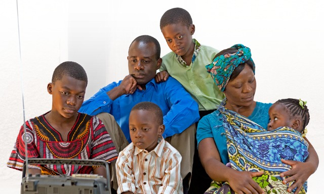 Una familia escucha las noticias en la radio