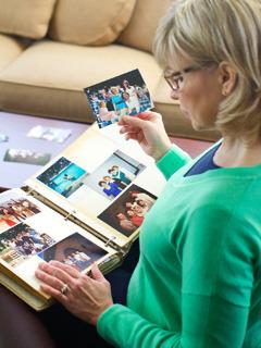 En kristen søster kigger i et fotoalbum og bliver mindet om de mange glæder hun oplevede da hun var et vidne for Jehova