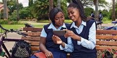 Abakobwa babiri bariko bararaba muri telefone