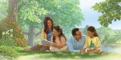 عائلة تستعمل الكتاب المقدس فيما تدرس معا كتاب دروس من قصص الكتاب المقدس