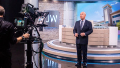 Stephen Lett, anggota Badan Pimpinan, membawakan acara JW Broadcasting
