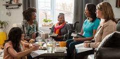 Orang-orang dengan ras dan kondisi fisik yang berbeda belajar Alkitab bersama