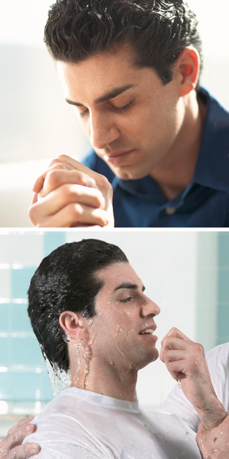 Un hombre ora para dedicarse a Jehová y después se bautiza