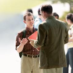 Một Nhân Chứng trẻ giải thích niềm tin với một người đàn ông