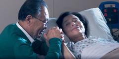 Brat modli się razem zżoną, która leży wszpitalu