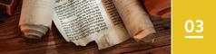 3.kapitola: staroveké biblické rukopisy položené na stole