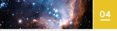Oppijakso 4. Kirkkaita tähtiä ja galakseja täynnä oleva yötaivas kaukoputkella kuvattuna.