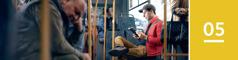 Oppijakso 5. Mies lukee Raamattua bussissa.