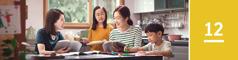 Lección 12. Una mujer con dos hijos estudiando la Biblia con la ayuda de una testigo de Jehová.