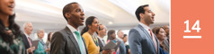 Lección 14. Un grupo de testigos de Jehová y visitantes cantando en una reunión de la congregación.