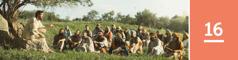 16.lekcia: Ježiš vyučuje skupinu mužov, žien adetí, ktorí sedia na svahu