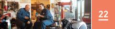 Oppijakso 22. Raamattukurssin oppilas todistaa työkaverilleen korjaamossa lounastauolla.