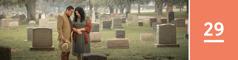 Lección 29. Una pareja orando delante de una lápida en un cementerio.