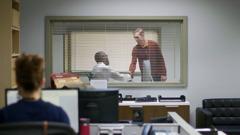 Una escena del video '¿Qué puede ayudarnos a ser felices? Tener la conciencia tranquila'. Ben y su jefe dándose la mano. Ben le acaba de confesar que cometió un error que le costará muy caro a la empresa.