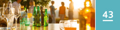 Oppijakso 43. Alkoholia sisältäviä ja alkoholittomia juomia tarjoilupöydällä.