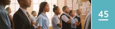 45.lekcia: Mladá sestra úctivo stojí, keď jej spolužiaci skladajú prísahu vernosti vlajke, ale na rozdiel od nich nemá ruku na srdci ani neodrieka prísahu