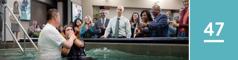 Lección 47. Enuna asamblea, un estudiante de la Biblia está pensando en el bautismo mientras mira a un hombre que se está bautizando.