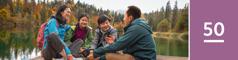 Oppijakso 50. Perhe juttelee laiturilla kauniin järven rannalla.