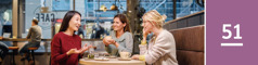 Lección 51. Tres mujeres conversando a gusto en una cafetería.