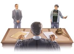 Dvaja muži stoja pred sudcom; jeden má na sebe oblek adruhý roztrhané anedbalé oblečenie ašiltovku