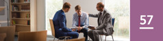Lección 57. Enel Salón del Reino, un hermano joven confesándoles un pecado grave a dos ancianos.