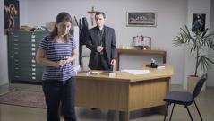 """Kuva videosta """"Lähde ulos Suuresta Babylonista"""". Raamattukurssioppilas kävelee pois papin luota sen jälkeen kun hän on sanonut itsensä irti kirkon palveluksesta."""