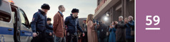 59.lekcia: Dvaja policajti odvádzajú Jehovovho svedka vputách; okolo stoja novinári abratia asestry