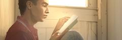 Un joven leyendo la Biblia.