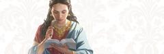 Una mujer leyendo la Biblia.
