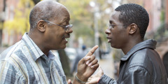 En far og en sønn diskuterer noe
