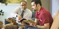 성경을 연구하는 모습